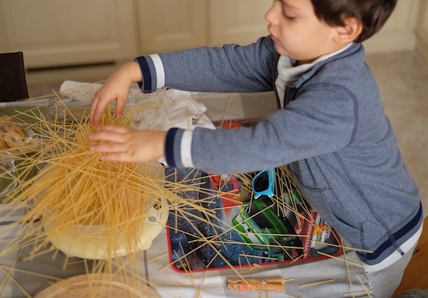 Matteo pesa gli spaghetti