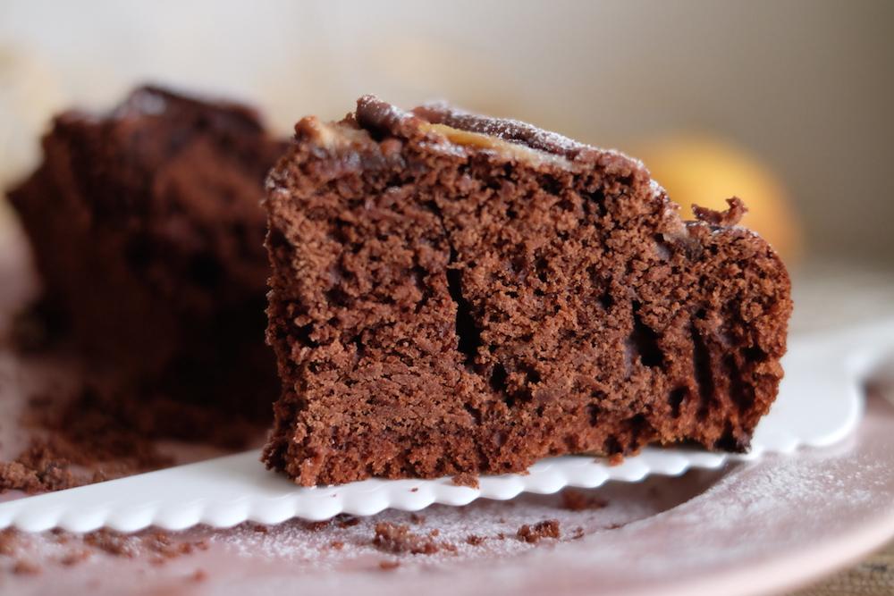 Fetta di torta al cioccolato per bambini