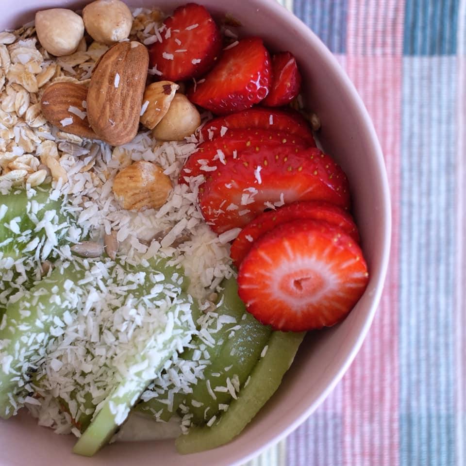 Colazione frutta e yogurt