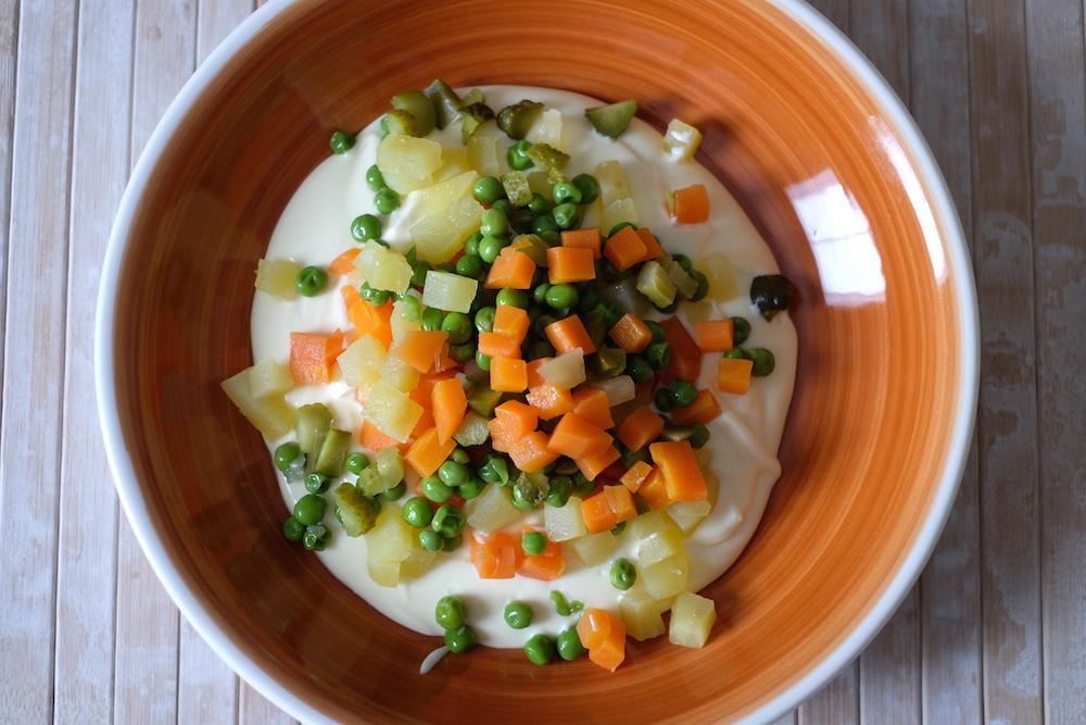Preparazione insalata russa fatta in casa